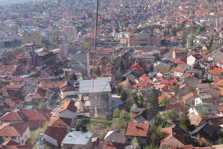 Kolejka na Trebević została unieruchomiona wiosną 1992 roku. Później stała się symbolem zniszczonego przez wojnę Sarajewa. Udało się ją odbudować dzięki wsparciu finansowemu pewnego holenderskiego uczonego, którego żona z Sarajewa pochodzi. Kolejka ruszyła w kwietniu 2018 roku.