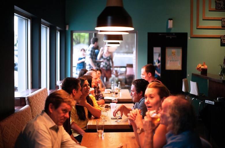 W restauracjach będzie musiała być zachowana odpowiednia odległość między stolikami. W lokalu będzie mogło być tyle klientów, ile wynika z przeliczenia
