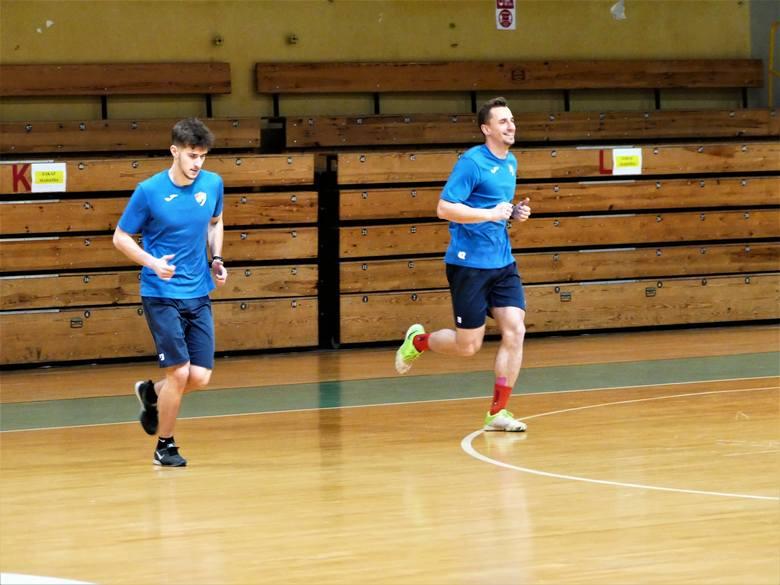 Piłkarze Gwardii Koszalin podczas jednego z ostatnich treningów w 2020 roku.