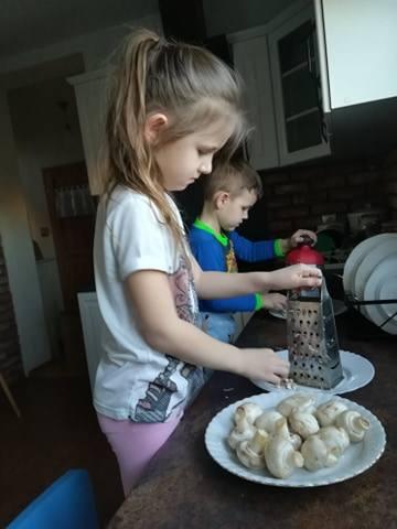 1. WSPÓLNE PRZYGOTOWANIE POSIŁKÓW- Czas na pracę w kuchni i moi niezastąpieni mali pomocnicy - napisała Mariola Otręba.Każdy rodzic musi zorganizować