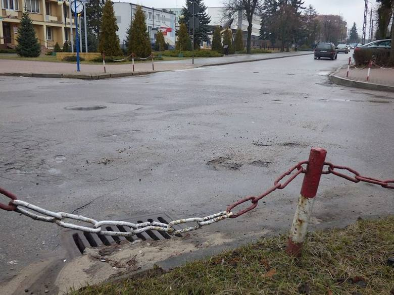 Tak po zimie wygląda główna ulica w Mońkach. Nic nie wskazuje na to, by jej stan zdecydowanie poprawił się w najbliższym czasie
