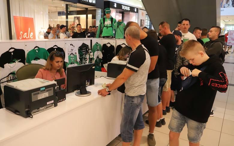 Pierwsi chętni po bilety pojawili się przy zielonej wyspie około godziny 10.