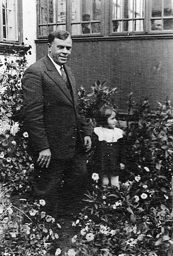Tomasz Chmurkowski – naczelnik poczty w Międzyrzecu Koreckim, a po wojnie we Wrocławiu, ze swoją córką Jadwigą, strażniczką pamięci o rodzinnych stronach, rok 1936.<br />