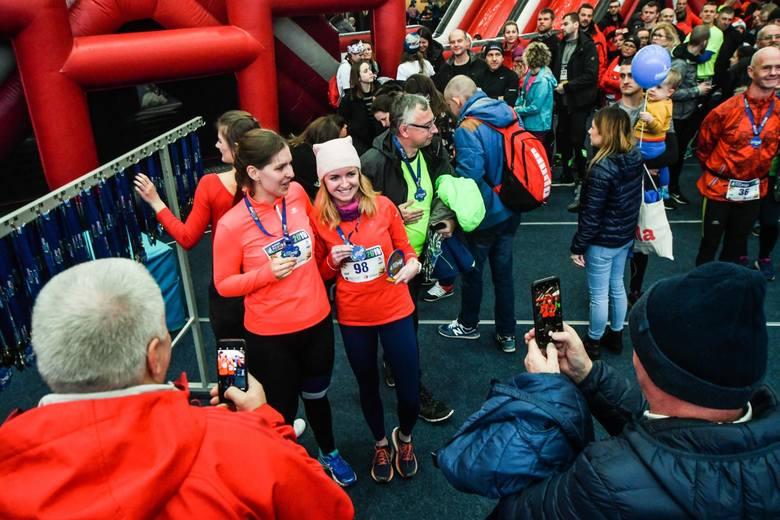 """Na 5 i 10 kilometrów rywalizowali w niedzielę (15.12) uczestnicy """"Zimowej ZaDymki"""", czyli czwartej odsłony cyklu Biegowe Pory Roku. Każdy z biegów odbywa"""