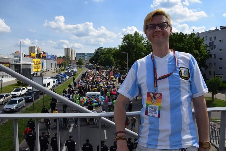 Tak było podczas zeszłorocznego Marszu Równości w Zielonej Górze, który przeszedł ulicami miasta 1 czerwca. Na zdjęciu wiceprezes Instytutu Równości - Kacper Kubiak.