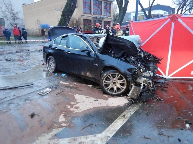 Przypominamy, że do wypadku na ul. Broniewskiego doszło 23 lutego około godz. 16. Na miejscu zginęło dwóch kolegów Kuźniaka - w wieku 26 i 30 lat. Trzeci