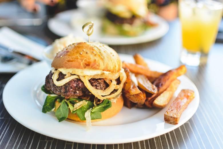 Nagła ochota na fast food z soczystym kawałkiem mięsa może wskazywać na niedobory BIAŁKA.Białko buduje nasze mięśnie, transportuje różne substancje a