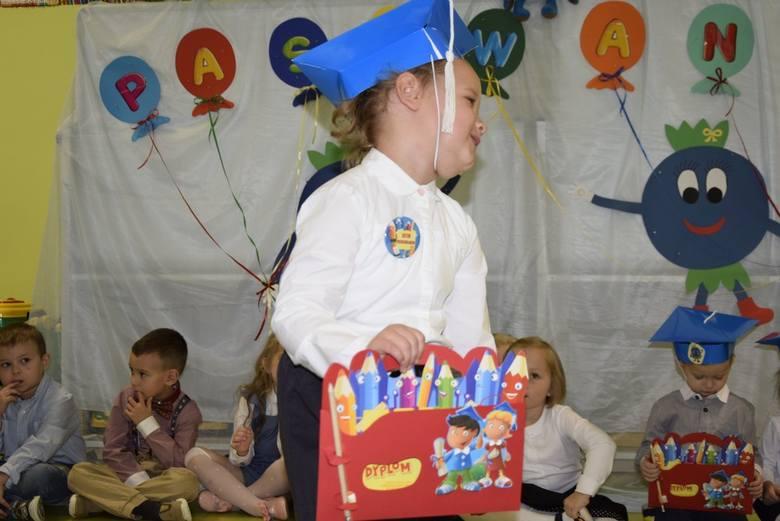 W piątek, 25 października, w Przedszkolu nr 3 w Skierniewicach odbyło się pasowanie na przedszkolaków. Dyrektor przedszkola Agnieszka Bukowska-Gierach do społeczności przedszkolnej przyjęła 18 czterolatków z grupy Borówki.