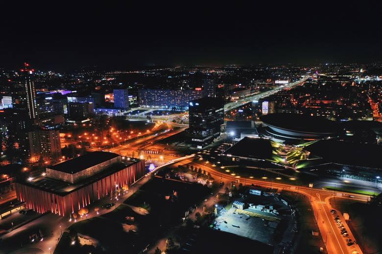 Tak prezentują się Katowice nocą. Na następnych zdjęciach - 7 powodów, dla których warto tu zamieszkać