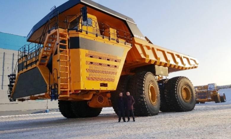 Przedstawiciele firm BiełAZ i SECO/WARWICK przy największym samochodzie na świecie