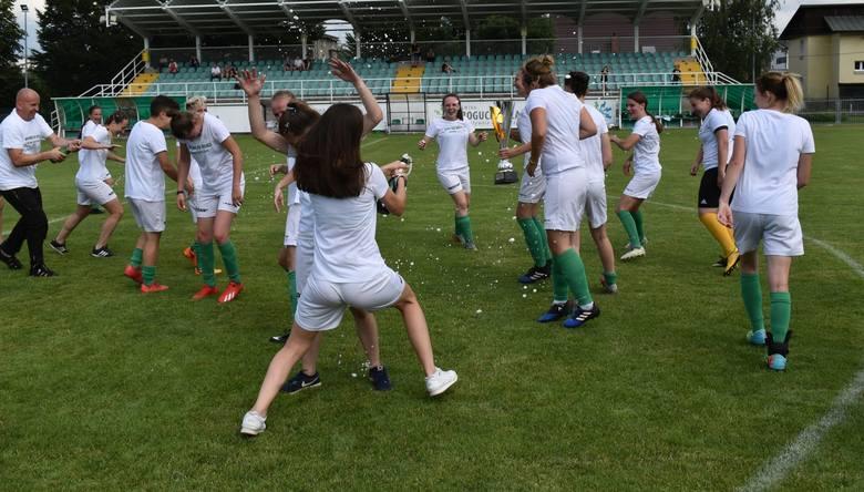 W swoim ostatnim meczu piłkarki Izolatora Boguchwała pokonały Sitowiankę Budy Łańcuckie 12:0. Ta wygrana dała im awans do 2 ligi