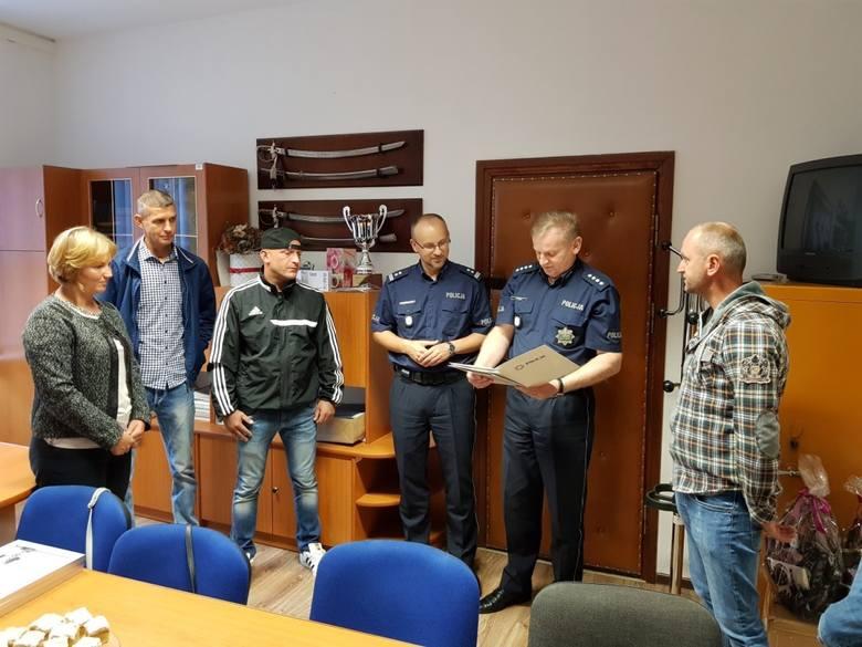 Piotr Jankowski, Tomasz Kowal i Gabriel Kowal odebrali gratulacje od szefów policji w Sławnie i zastępcy wójta gm. Postomino