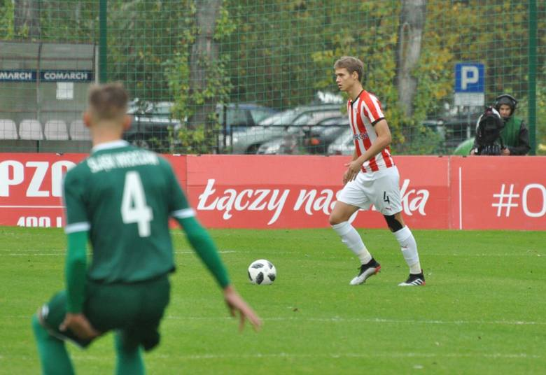 9 stycznia skończy 17 lat. Po latach gry w rodzinnym Poznaniu (Lech, Oranje Sport, Warta), w 2018 roku trafił do Cracovii. Jest środkowym obrońcą.Trener
