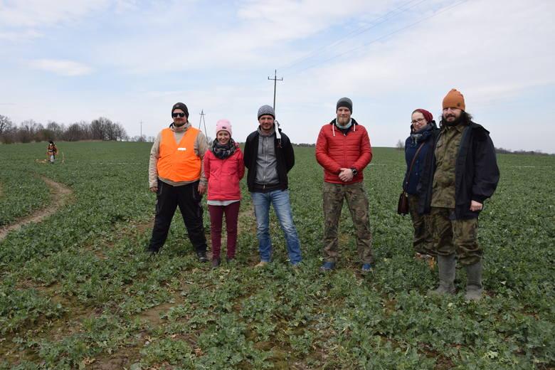 Grupa archeologów i geofizyków w Prudniku