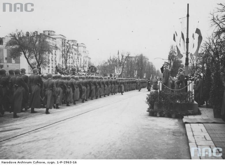 Marszałek Edward Rydz-Śmigły przyjmuje defiladę wojskową z trybuny honorowej`