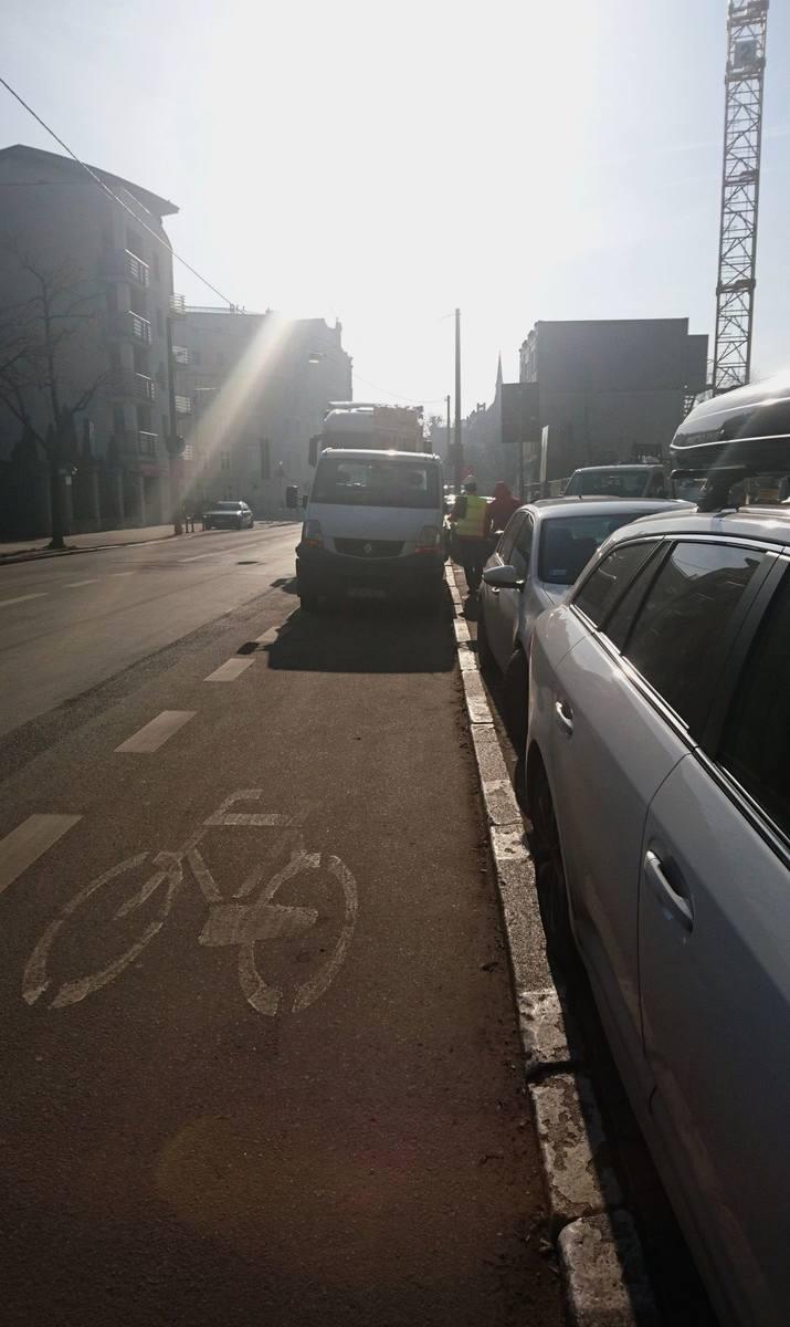 Poznań: Mieszkaniec walczy z samochodami parkującymi na drodze rowerowej przy ul. Mostowej