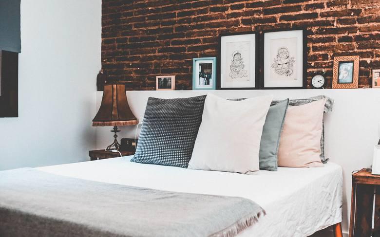 Przyczyn bezsenności jest wiele. My się dzisiaj zajmiemy błędami w aranżacji sypialni, które mają wpływ na sen. Źle ustawione meble, nieodpowiedni materac,