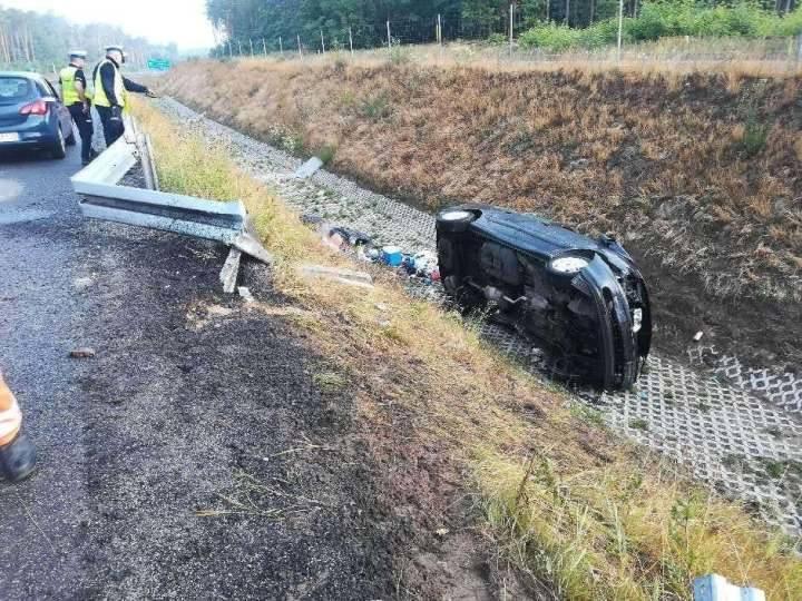 Do śmiertelnego wypadku doszło w niedzielę, 21 lipca, na S3 pod Zielona Górą. Renault wypadło z drogi i koziołkowało. Zginęła jedna osoba.Do śmiertelnego