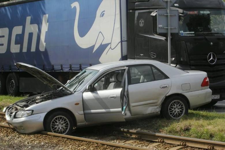 Wrocław: Wypadek na Kosmonautów. Mazda na torowisku. Nie jeżdżą tramwaje (ZDJĘCIA)
