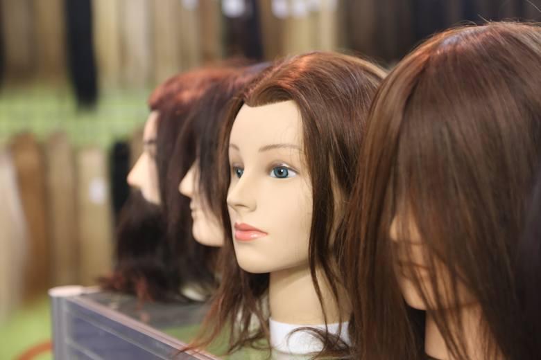 W przypadku łysienia trycholog może zalecić kurację wzmacniającą cebulki włosowe, a do czasu odrośnięcia włosów zaproponować doczepianą treskę czy p
