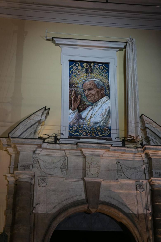 Okno ŚwiętegoTo adres, który podawał Ojciec Święty Jan Paweł II - miejsce spotkań z krakowską młodzieżą, ale również wiernymi z wielu innych miejsc Polski,
