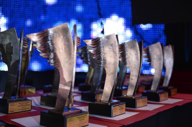 """Efektowne statuetki firmy """"Abarton"""" czekają na laureatów."""