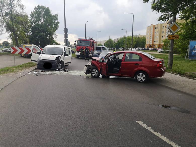 W niedzielę na ulicy Wyzwolenia w Bydgoszczy doszło do zderzenia dwóch aut. Na miejscu pojawiły się straż pożarna, policja i pogotowie. Jak wstępnie