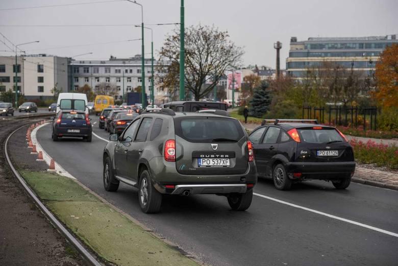 Poznaniacy są przywiązani do własnych samochodów. I wolą stać w korkach, niż jeździć tramwajami
