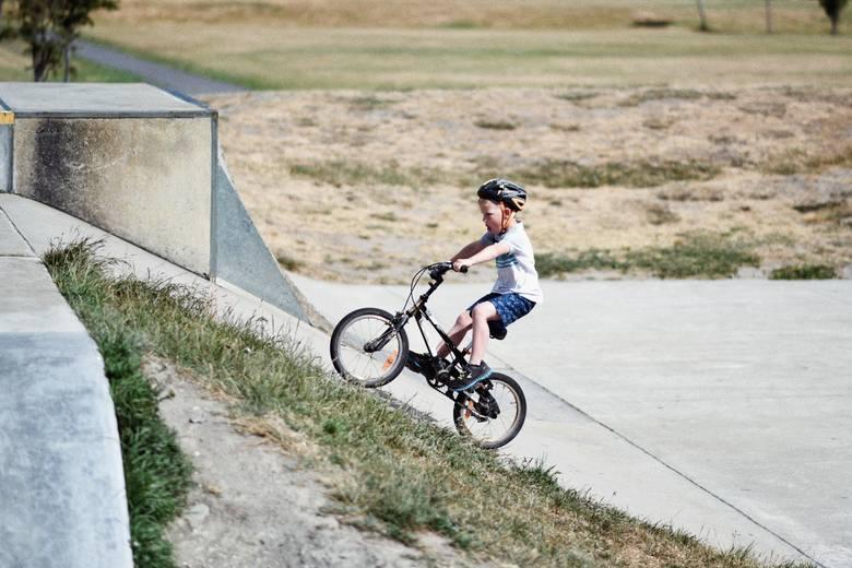 Rower to mimo wszystko wciąż popularny prezent na komunię dla chrześniaka, podobnie jak inne sprzęty i akcesoria sportowe.