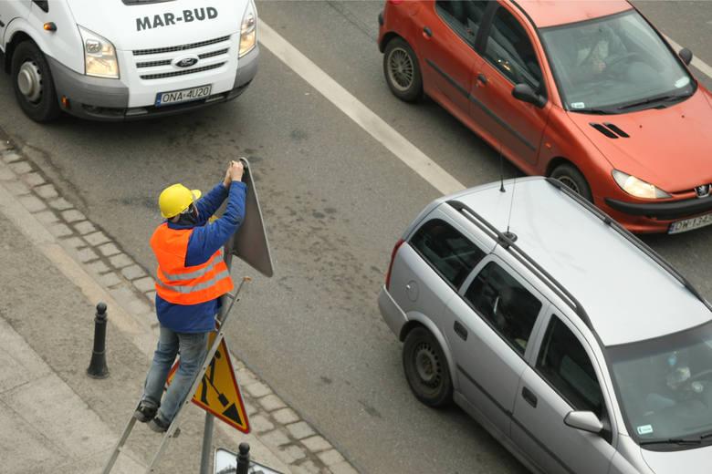 Od 13 sierpnia weszły w życie przepisy ws. nowych znaków informujących o odcinkowym pomiarze prędkości. Bardziej czytelne oznakowanie ma pomóc rozróżnić