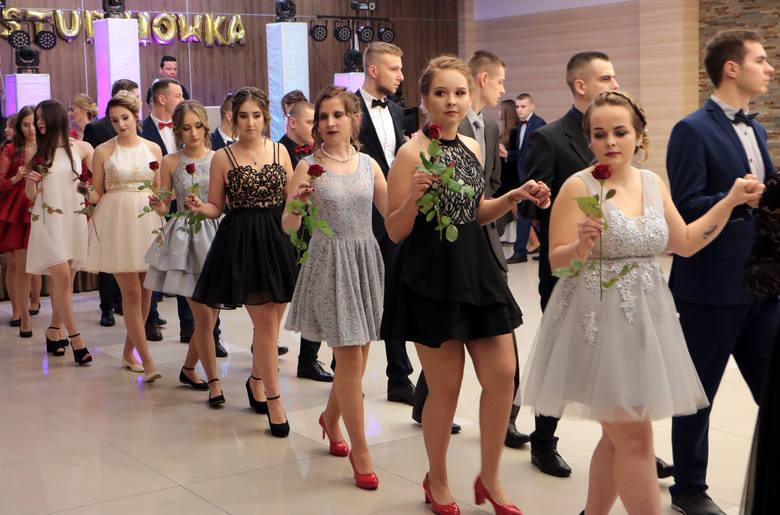 W przestronnej sali Hotelu Rudnik bawili się na swoim balu studniówkowym przyszli maturzyści z Zespołu Szkół Ekonomicznych im. Oskara Langego z Grudziądza.