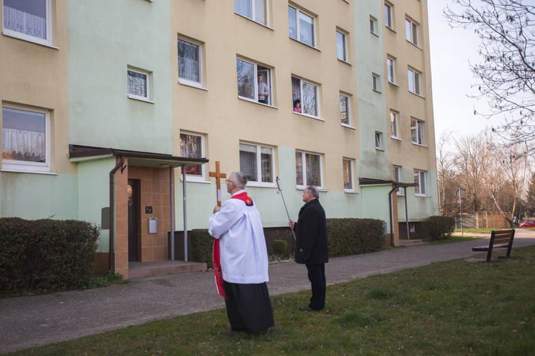 W piątek (27 maraca) po ulicach parafii Sanktuarium Św. Józefa Obl. NMP w Słupsku przeszli kapłani w Drodze Krzyżowej. Wierni modlili się ze swoich okien