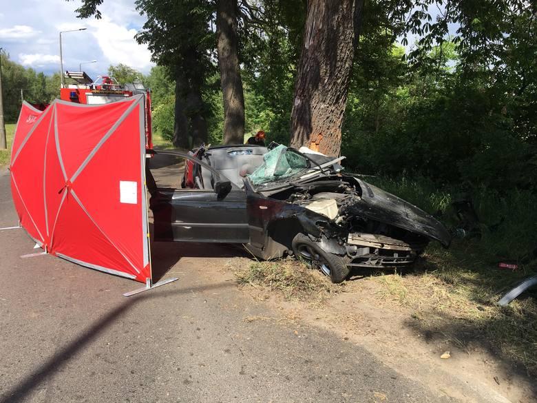 Mężczyzna jadący bmw ul. Nad Groblą w Chełmnie w stronę drogi krajowej nr 91, wychodząc z zakrętu, na  prostym odcinku uderzył bokiem pojazdu w drzewo.