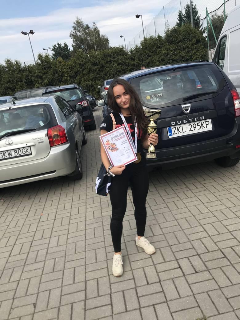 Izabela Góralska z Koszalińskiego Klubu Sportowego Harem bardzo dobrze wypadła podczas Pucharu Polski w trójboju siłowym klasycznym. W Skierniewicach