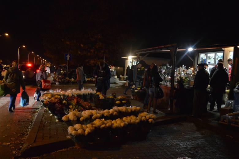 Po ogłoszeniu przez premiera Mateusza Morawieckiego decyzji o zamknięciu cmentarzy od soboty 31 listopada do poniedziałku 2 listopada włącznie, mieszkańcy