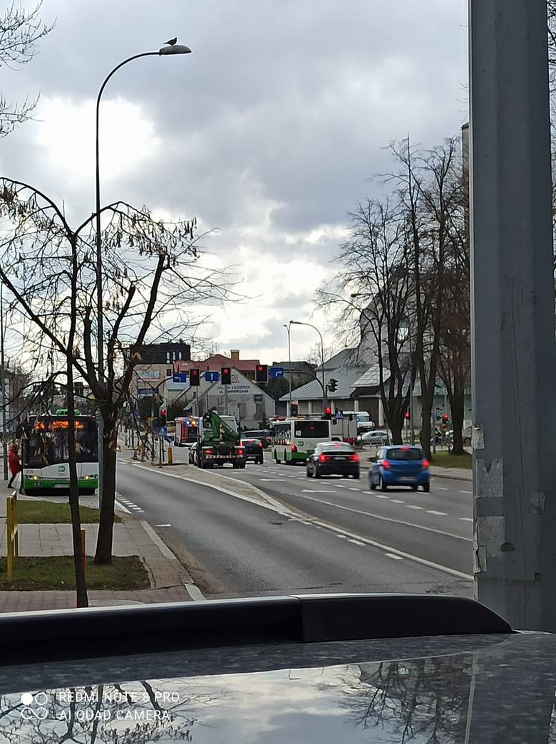 Białystok. Wypadek na skrzyżowaniu Mickiewicza i Św. Ojca Pio. Dwie osoby trafiły do szpitala [ZDJĘCIA]