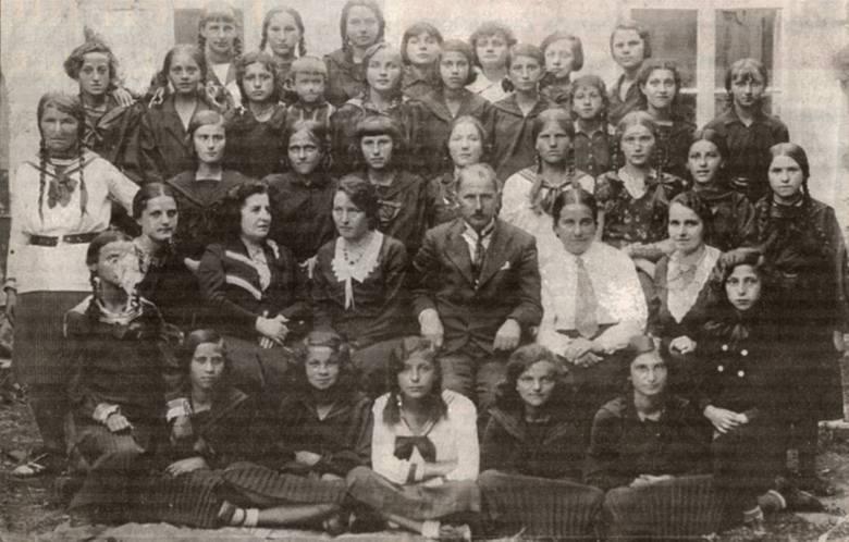 Rok 1932. Klasa VII Szkoły Powszechnej w Podhajcach. W drugim rzędzie od dołu nauczyciele (od lewej): Stanisława Bożemska, Pohoryllisówna, Maria Wojciechowska, dyrektor Szatkowski, Kułakowska, Rogulska