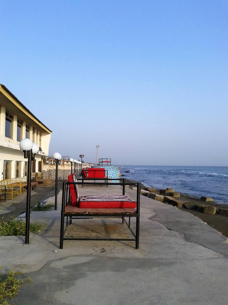 Na hotelowym fotelu można usiąść i podziwiać Morze Kaspijskie