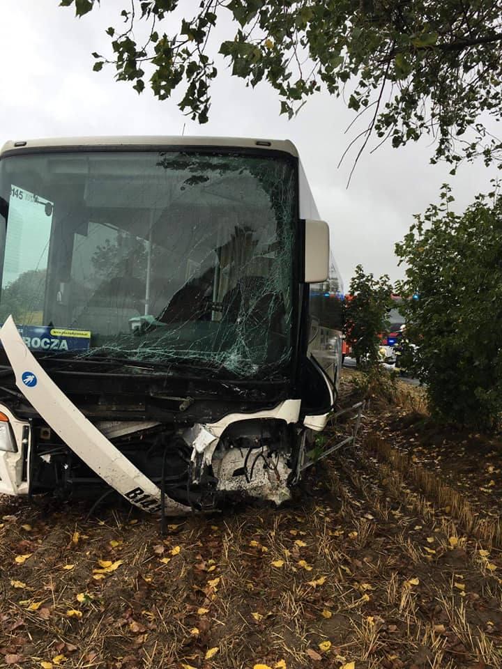 Do zderzenia osobowej toyoty z autobusem PKS doszło przed godz 10 niedaleko podbydgoskiego Sicienka. Poszkodowani z osobówki - kobieta i dziecko - trafili