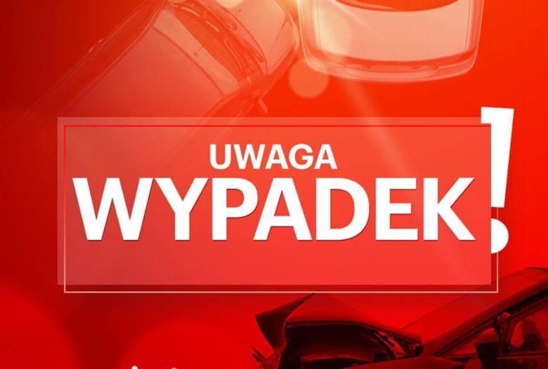 Na Drodze Krajowej nr 25 na wysokości Brzozy pod Bydgoszczą doszło do zderzenia trzech aut: renault, vw golfa i audi. Po zderzeniu droga była całkowicie