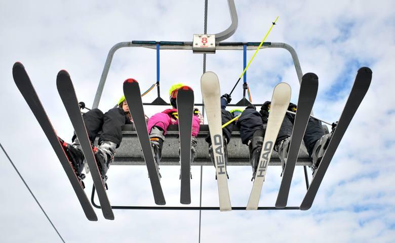Laskowa Ski to popularne miejsce dla narciarzy. Zdjęcie ilustracyjne