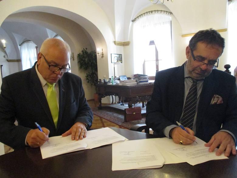 Maciej Stefański, prezes WFOŚiGW (z lewej)  i prof. Marek Masnyk, rektor UO, podpisują porozumienie o współpracy w sprawie Pomologii