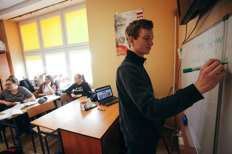 Taka lekcja to supersprawa! Po okiem Aleksandry Kuziak (z lewej) i Anny Jasienieckiej młodsze dzieci kształcą różne umiejętności podczas zabawy i nie