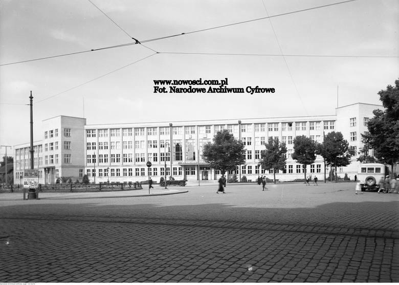 Witamy na placu Teatralnym we wczesnych latach 30. Patrzycie Państwo na gmach, który został zbudowany dla Urzędu Wojewódzkiego Pomorskiego (tak brzmiała