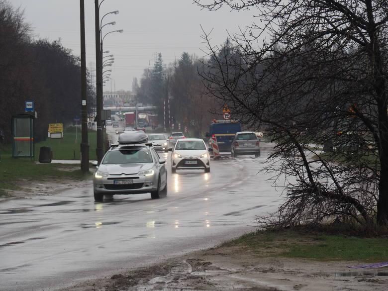Zarząd Dróg i Transportu w Łodzi postanowił wziąć się za porządne naprawy łódzkich ulic. Ciągłe łatanie niektórych z nich, np. ul. Dostawczej, nie ma