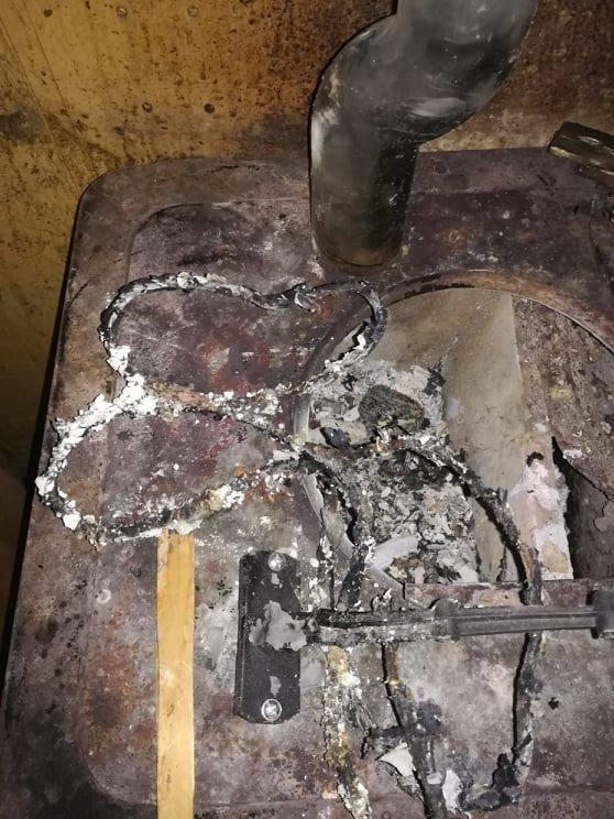 Kilka dni temu Eko Patrol Straży Miejskiej w jednym z mieszkań na Bałutach znalazł wiadro butów czekających na spalenie.  A potem ludzie się dziwią skąd
