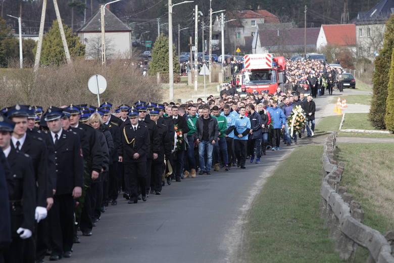 Kondukt pogrzebowy z trumną z ciałem Tomasza Drąga, która była wieziona na wozie strażackim.