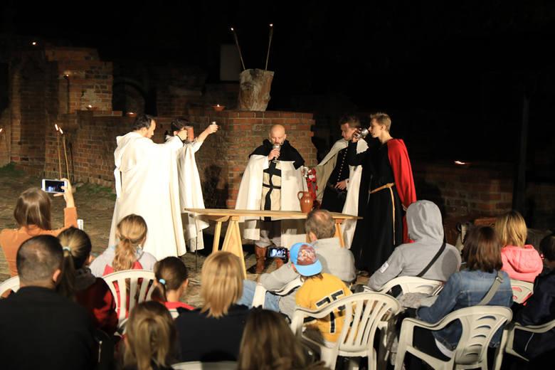 Widzowie mieli okazję zobaczyć w sobotni wieczór tajemniczą historię z dziejów rycerzy krzyżackich z zamku toruńskiego. Przedstawienie oparte na prawdziwych