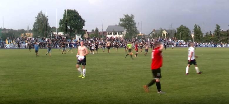 Policja przerwała fetę piłkarzy i kibiców Zawiszy Bydgoszcz