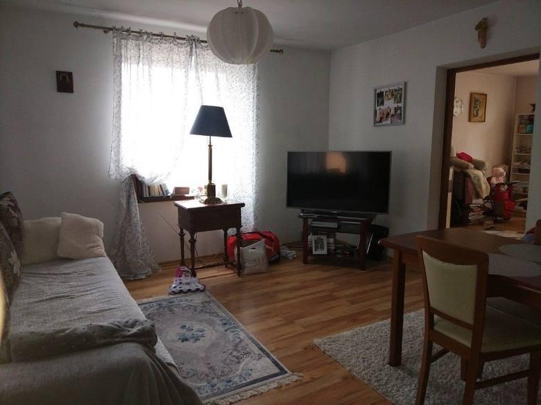 <strong>11. Dom za 299 900,00 zł <br /> 2 499,17 zł/m2 </strong><br /> Powierzchnia w m2: 120<br /> Powierzchnia działki w m2: 500<br /> Do sprzedania dom na osiedlu Zadębie. Parterowy, przystosowany do zamieszkiwania przez dwie rodziny. Na parterze znajduje się 5 pokoi, łazienka i dwie kuchnie. <br />